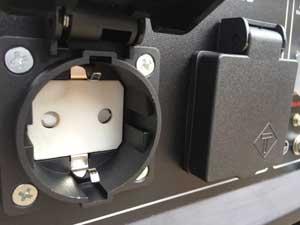Розетка для підключення приладів до 220 В у бензиновому генераторі